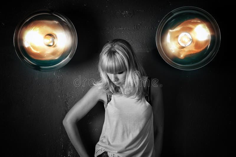 Porträt eines schönen jungen Mädchens gegen den Hintergrund der Wand stockfotografie