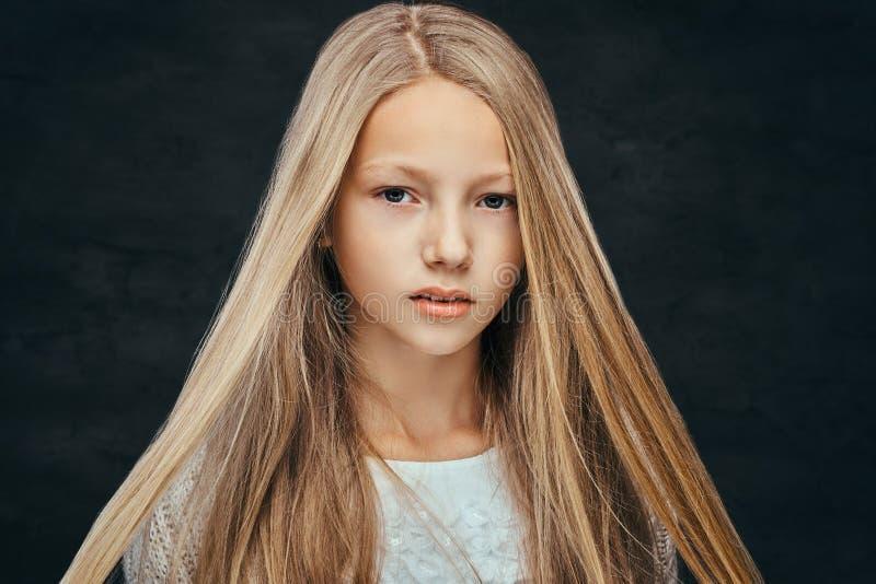 Porträt eines schönen jungen Mädchens mit dem blonden Haar, das eine Kamera betrachtet lizenzfreies stockfoto