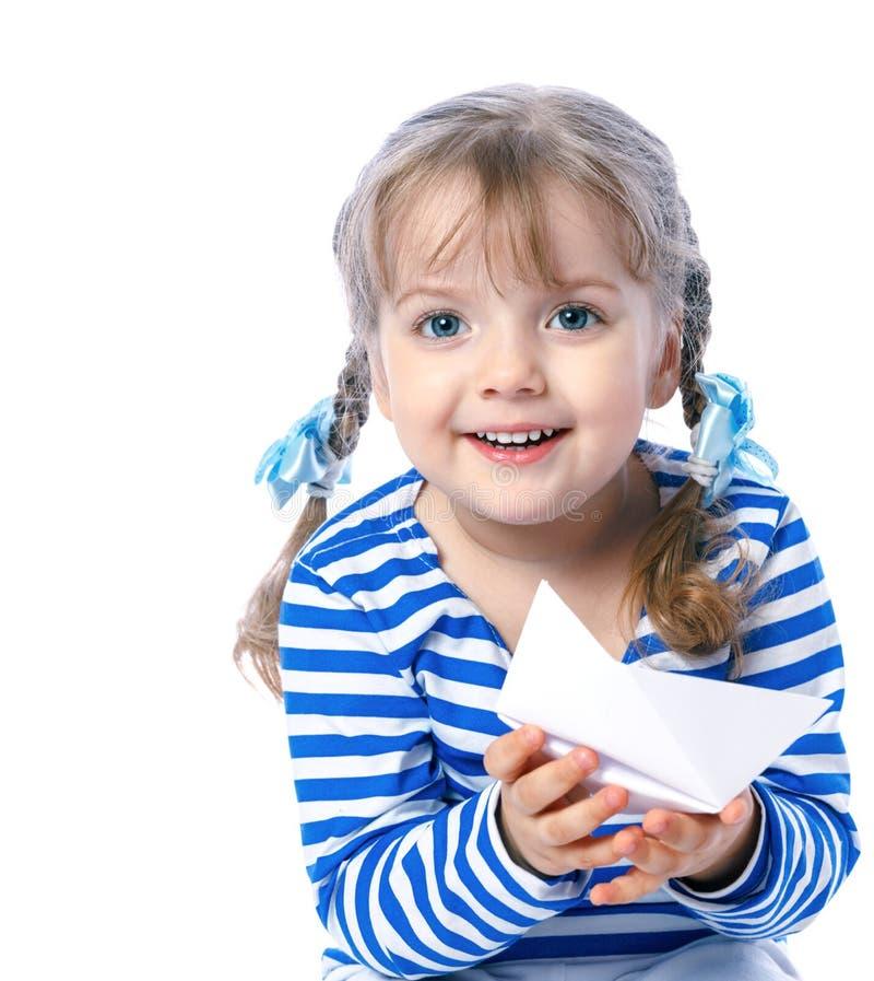 Porträt eines schönen kleinen Mädchens, das in den Booten, Karte, t spielt stockfotografie