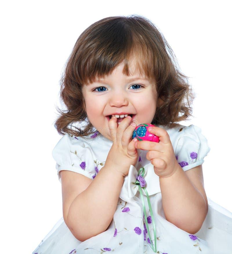 Porträt eines schönen kleinen Mädchens, das Ostereier auf einem whi hält lizenzfreie stockbilder