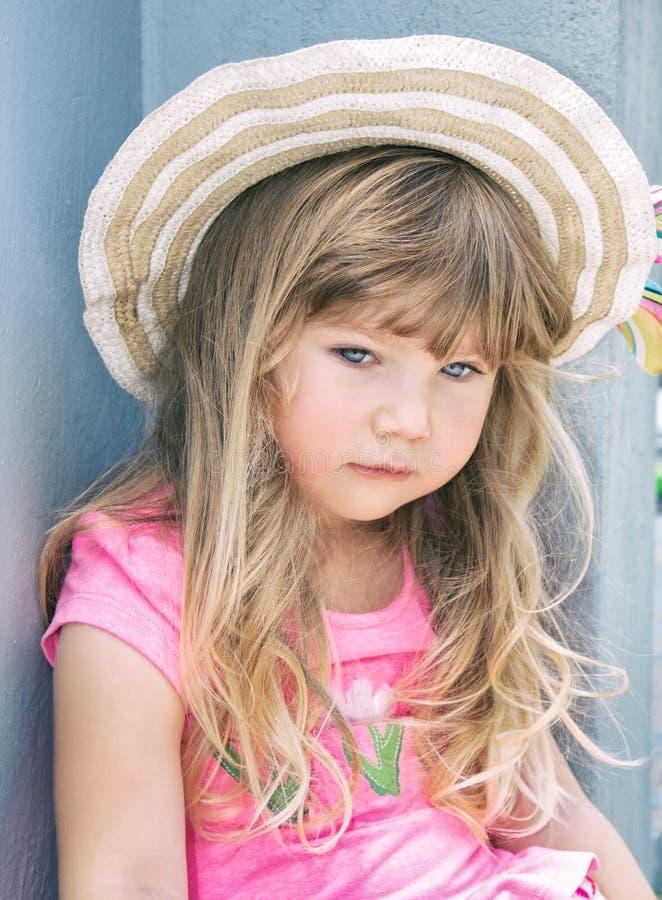 Porträt eines schönen kleinen Mädchens in einem Hut stockfotos