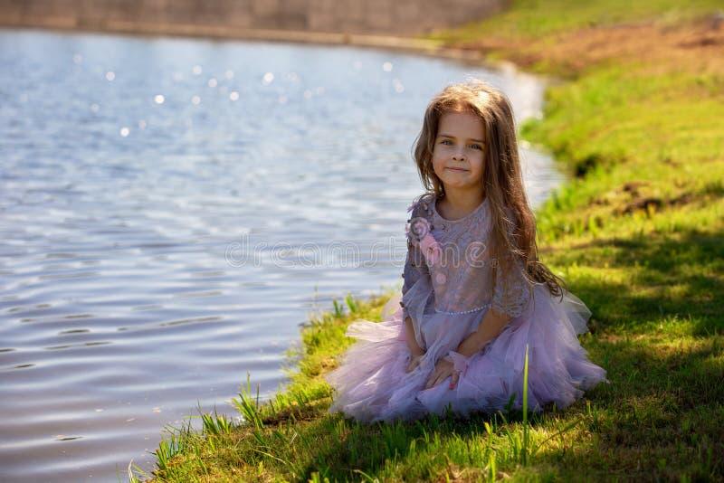 Porträt eines schönen kleinen Mädchens im Sommer auf Natur Kind auf dem Ufer des Sees lizenzfreies stockfoto