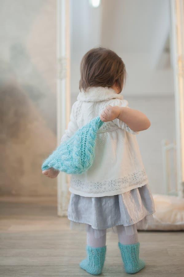 Porträt eines schönen kleinen Mädchens im Winter kleidet, Baby, Lebensstil, Kindheit, Freude stockbilder