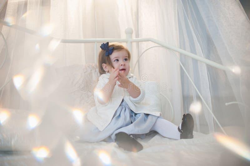 Porträt eines schönen kleinen Mädchens im Winter kleidet, Baby, Lebensstil, Kindheit, Freude stockfoto