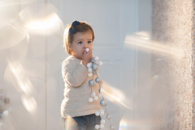 Porträt eines schönen kleinen Mädchens im Winter kleidet, Baby, Lebensstil, Kindheit, Freude stockfotografie