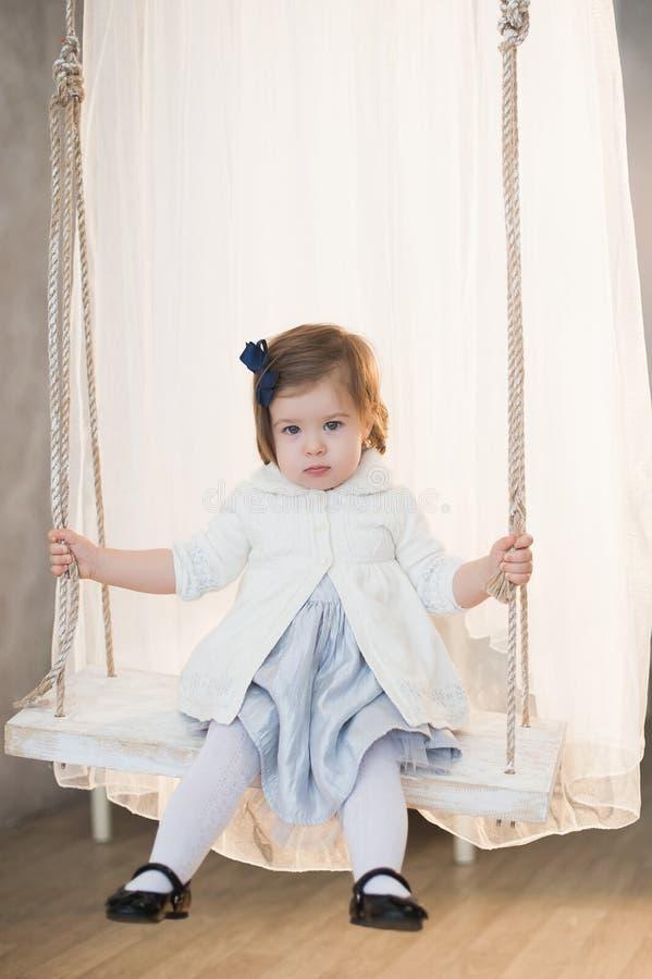Porträt eines schönen kleinen Mädchens im Winter kleidet, Baby, Lebensstil, Kindheit, Freude lizenzfreie stockbilder