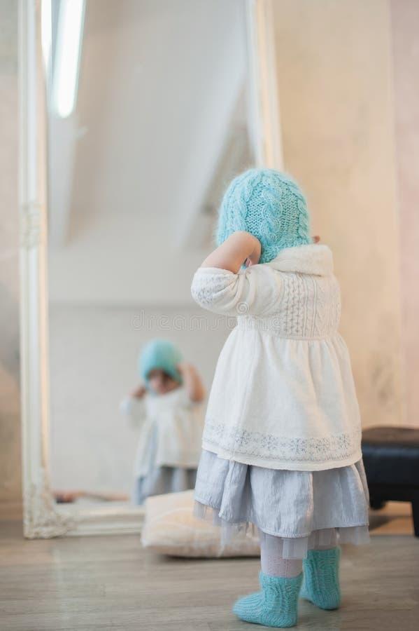 Porträt eines schönen kleinen Mädchens im Winter kleidet, Baby, Lebensstil, Kindheit, Freude stockbild