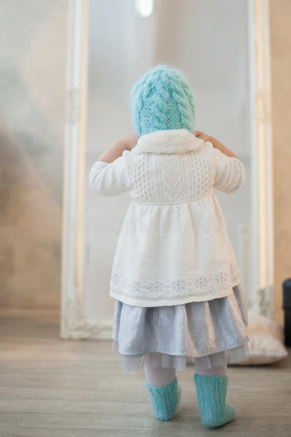 Porträt eines schönen kleinen Mädchens im Winter kleidet, Baby, Lebensstil, Kindheit, Freude lizenzfreies stockbild