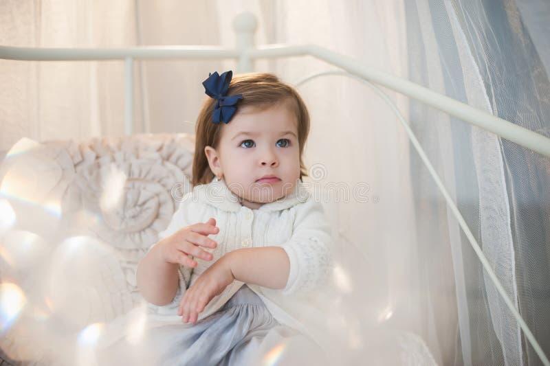 Porträt eines schönen kleinen Mädchens im Winter kleidet, Baby, Lebensstil, Kindheit, Freude stockfotos
