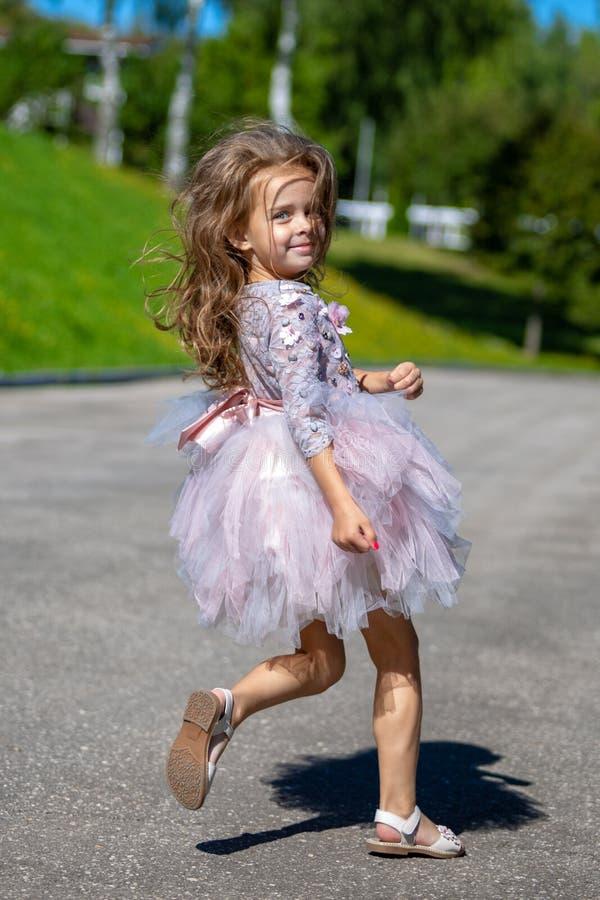 Porträt eines schönen kleinen Mädchens mit dem luxuriösen langen Haar Laufendes Kind stockbilder