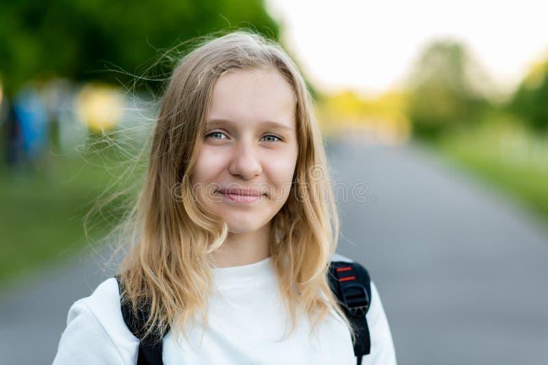 Porträt eines schönen kleinen Mädchens Sommer in der Natur Nahaufnahme eines glücklichen lächelnden Mädchens Weißes Haar und here lizenzfreie stockfotos