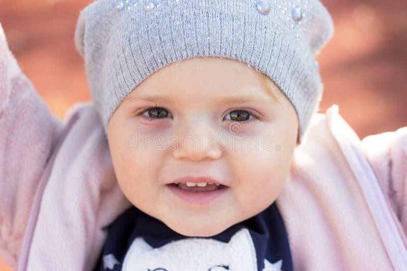 Porträt eines schönen Kleinkindlächelns lizenzfreies stockbild