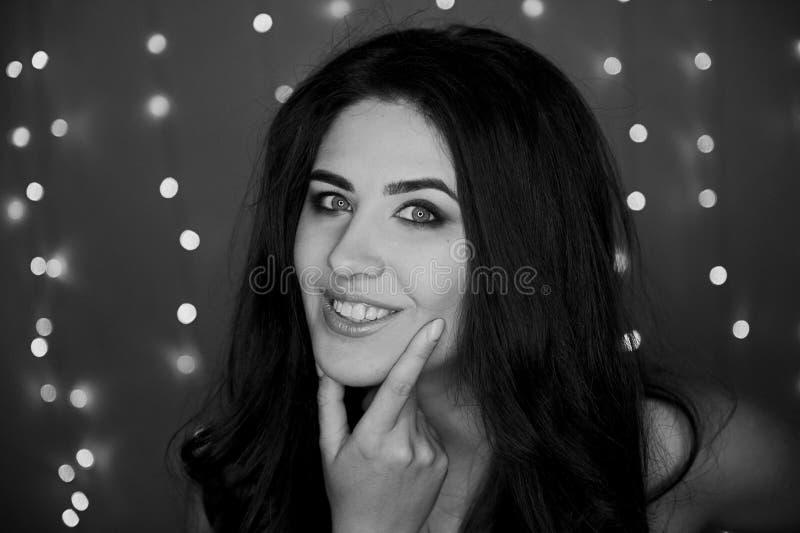 Porträt eines schönen lächelnden Brunette mit dem langen Haar frech Studiophotographie, bokeh Glühlampen Rebecca 6 lizenzfreies stockbild