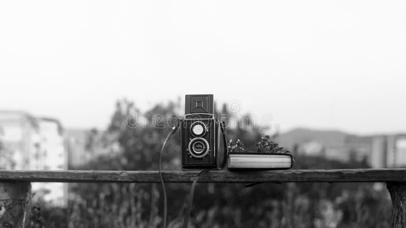 Porträt eines schönen Mädchenhippies mit der Retro- Filmkamera der Weinlese lizenzfreie stockfotografie