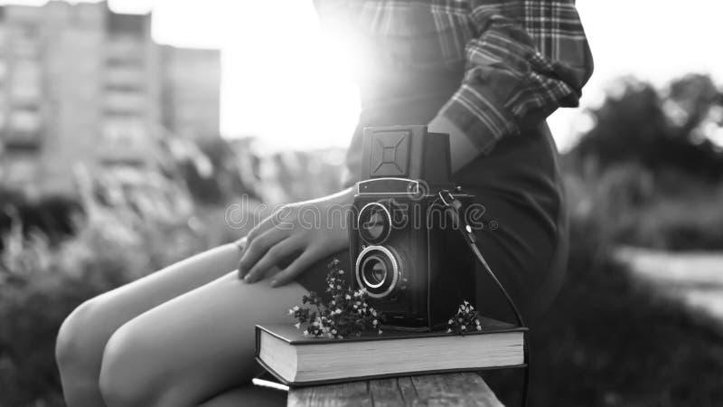 Porträt eines schönen Mädchenhippies mit der Retro- Filmkamera der Weinlese lizenzfreie stockfotos