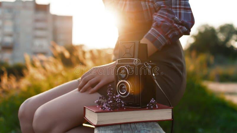 Porträt eines schönen Mädchenhippies mit der Retro- Filmkamera der Weinlese stockbilder
