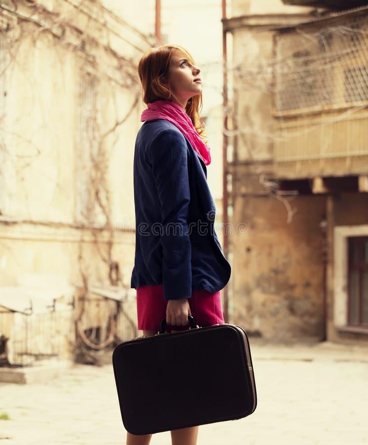 Porträt eines schönen Mädchens auf der Straße.  Foto in Weinlesest. stockbild
