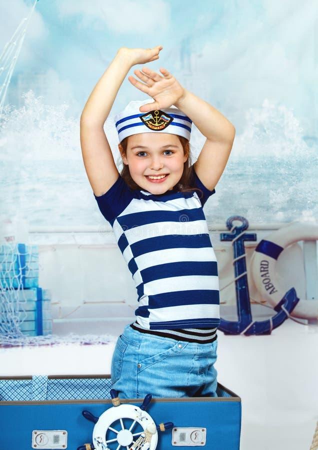 Porträt eines schönen Mädchens, das eine Marine-Kleidung, abstrakt trägt stockfoto