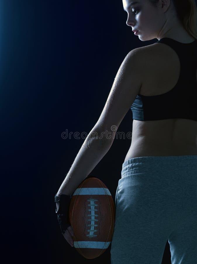 Porträt eines schönen Mädchens in einer Sportklage mit einem Ball für Ame stockfoto