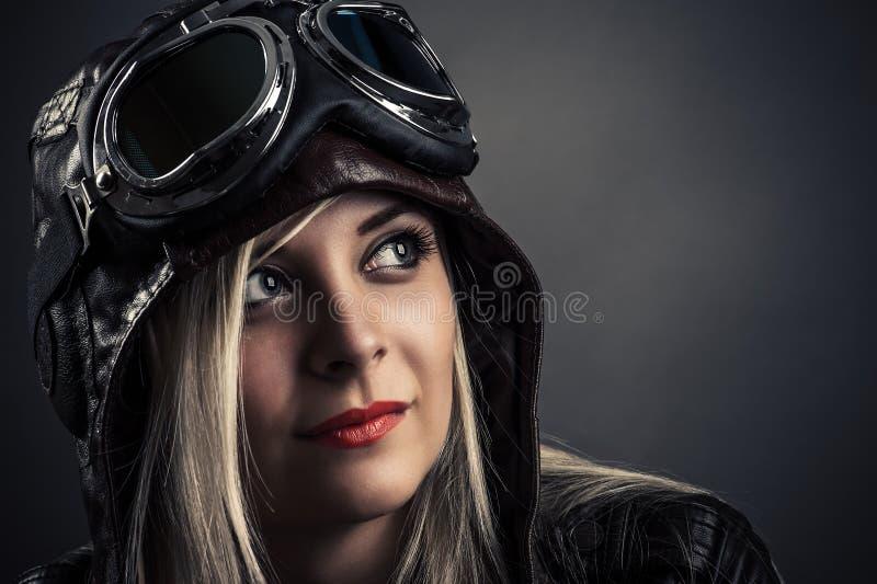 Porträt eines schönen Mädchens im Fliegersturzhelm lizenzfreie stockbilder