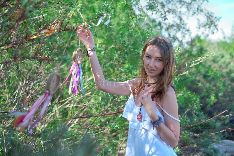 Porträt eines schönen Mädchens im Hintergrund von Bäumen stockfotos