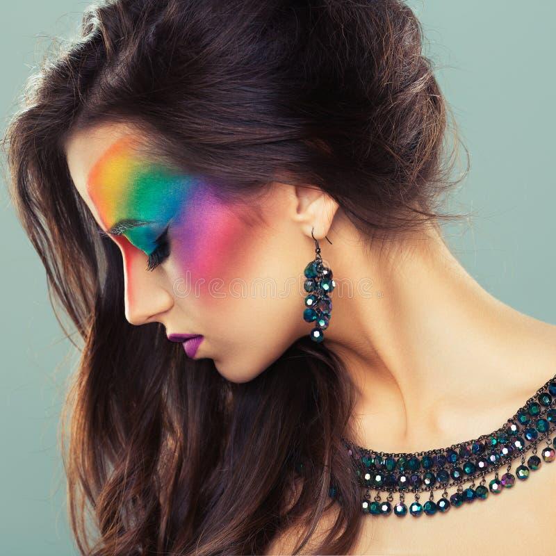 Porträt eines schönen Mädchens mit einem hellen mehrfarbigen der Mode stockfotos
