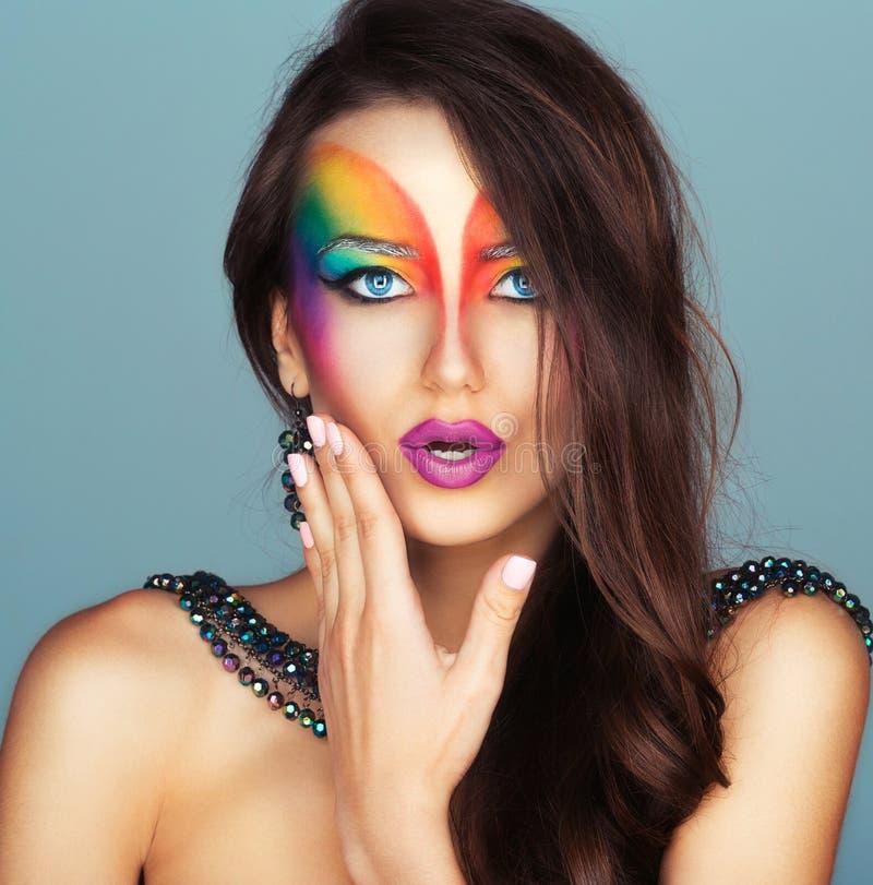 Porträt eines schönen Mädchens mit einem hellen mehrfarbigen der Mode stockbild