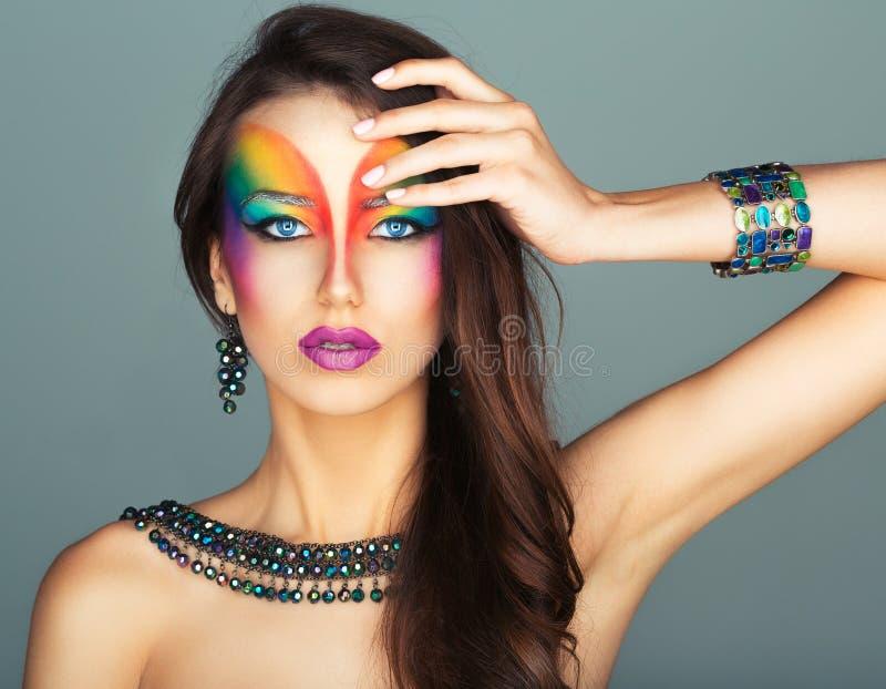 Porträt eines schönen Mädchens mit einem hellen mehrfarbigen der Mode stockfotografie
