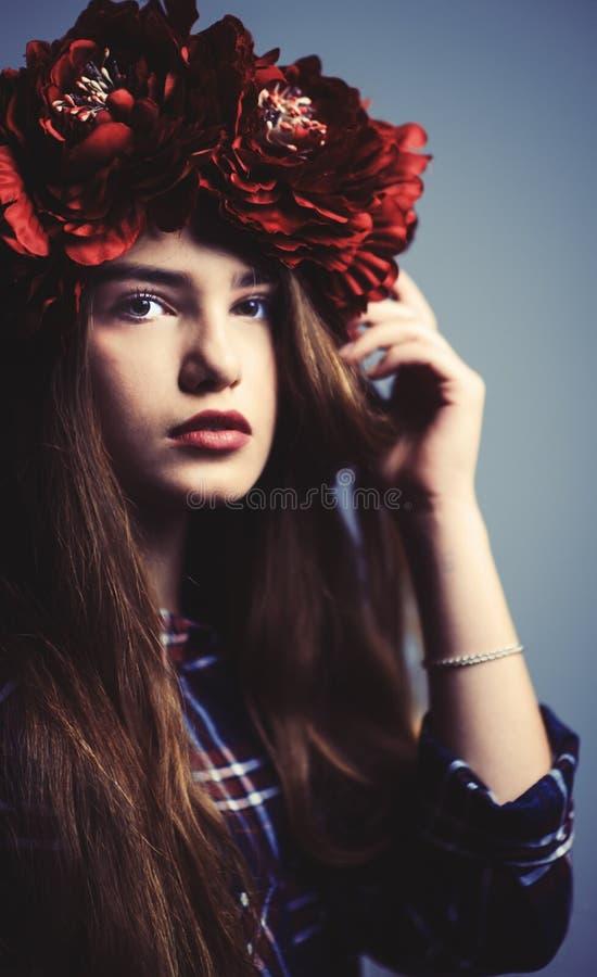 Porträt eines schönen Mädchens mit einem Kranz im Studio stockfotos
