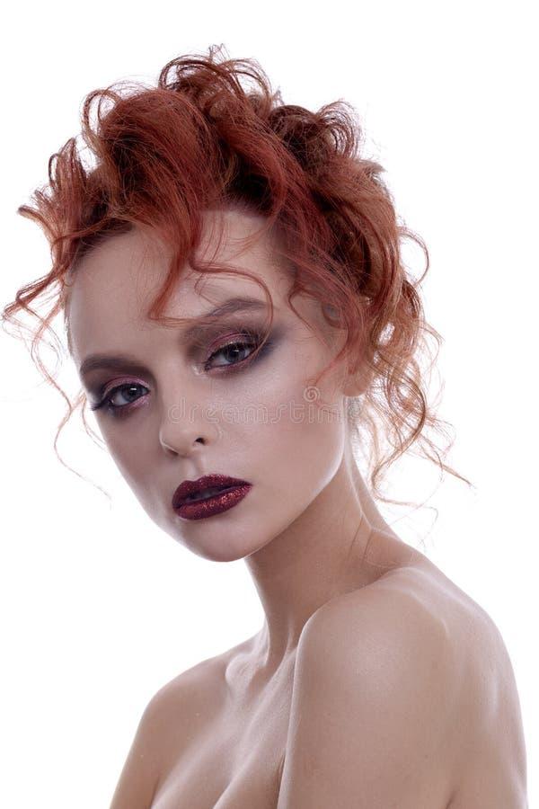 Porträt eines schönen Mädchens mit einer kreativen Frisur und einem makeu lizenzfreie stockfotografie