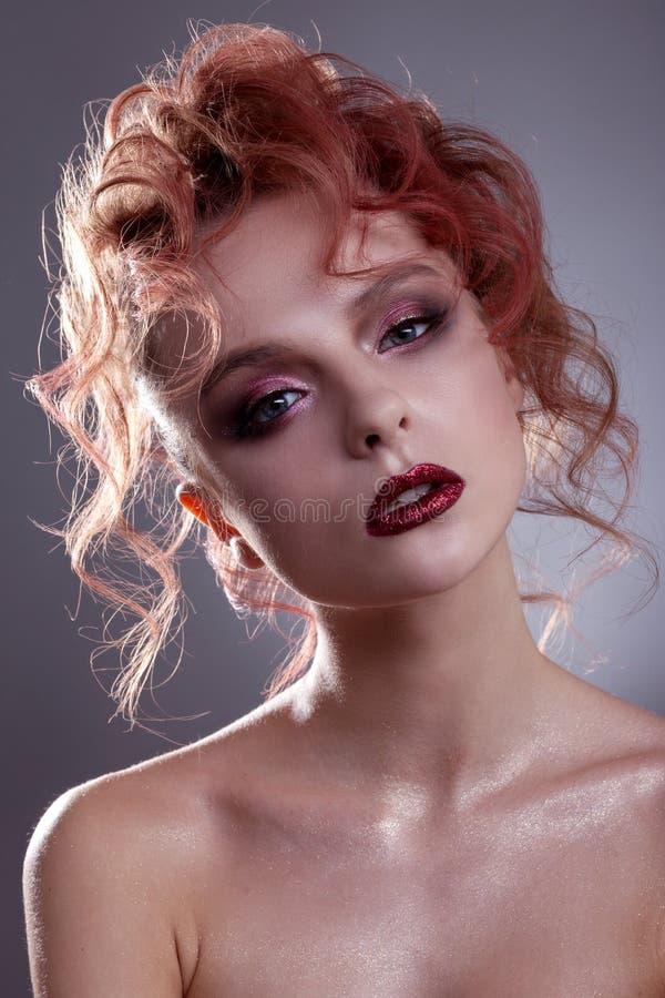 Porträt eines schönen Mädchens mit einer kreativen Frisur und einem makeu lizenzfreie stockfotos