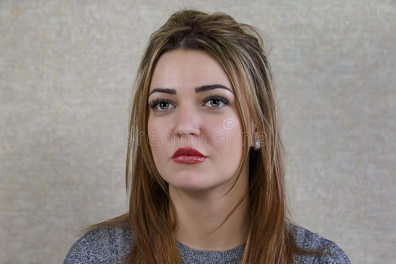 Porträt eines schönen Mädchens mit großen Augen auf einem abstrakten backgr stockbilder