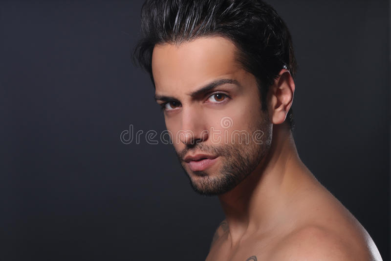 Porträt eines schönen Mannes lizenzfreies stockbild