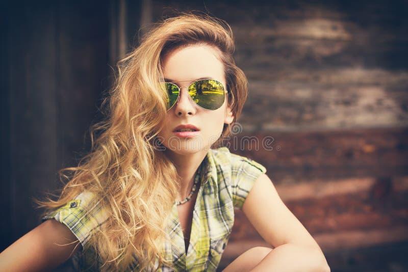 Porträt eines schönen Mode-Hippie-Mädchens stockfotos