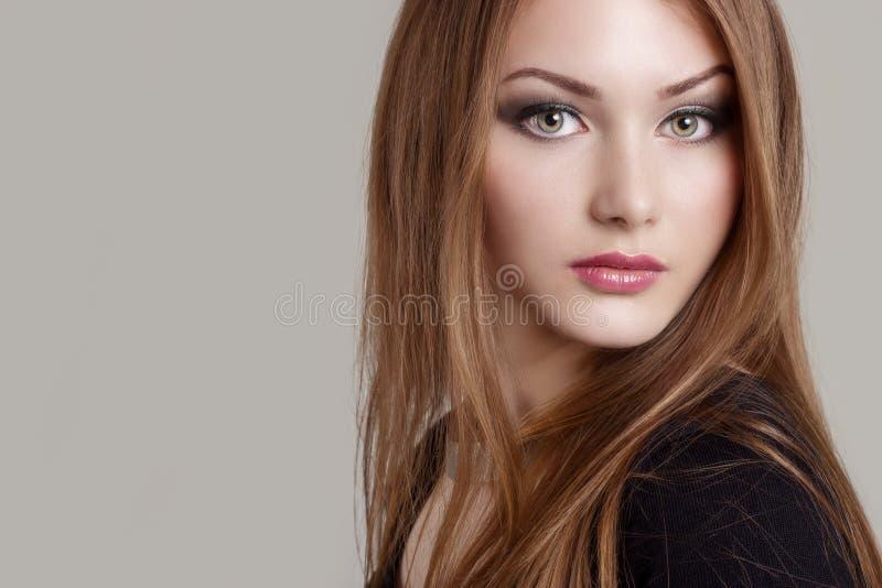 Porträt eines schönen reizend attraktiven leichten Mädchens mit ausdrucksvollen Augen lizenzfreie stockfotografie