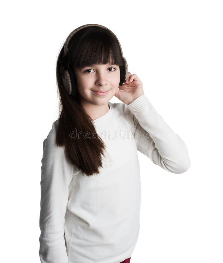 Porträt eines schönen schüchternen jungen Brunettemädchens stockfoto