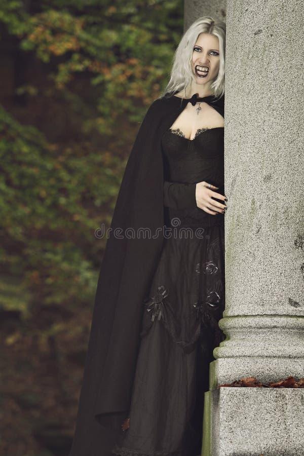 Porträt eines schönen Vampirs stockfotografie
