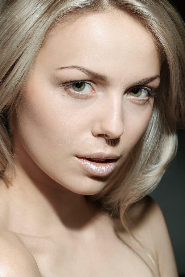 Porträt eines schönen weiblichen Modells stockfotos