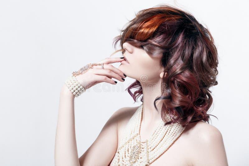 Porträt eines schönen weiblichen Modells mit dem roten Haar stockfotografie
