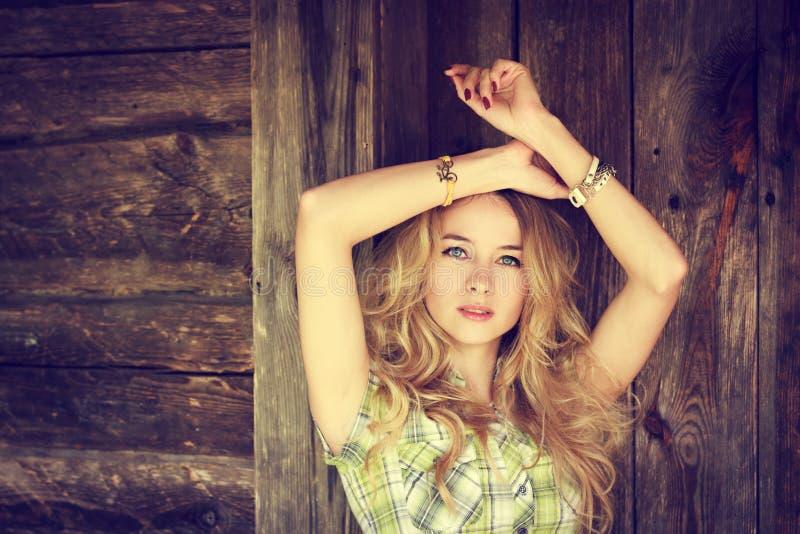 Porträt eines Schönheits-Mode-Hippie-Mädchens lizenzfreie stockfotos