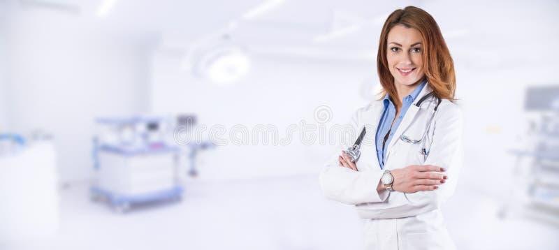 Porträt eines Schönheitsdoktors über blauem Klinikinnenraum stockbilder