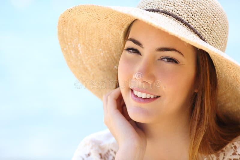 Porträt eines Schönheitsgesichtes im Sommer lizenzfreie stockfotografie