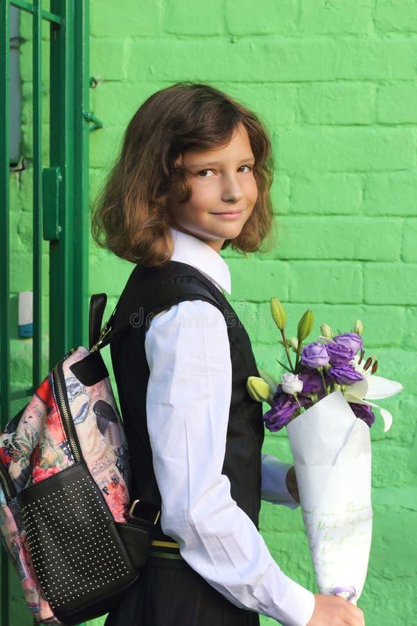 Porträt eines Schulmädchens in der Schuluniform lizenzfreies stockfoto