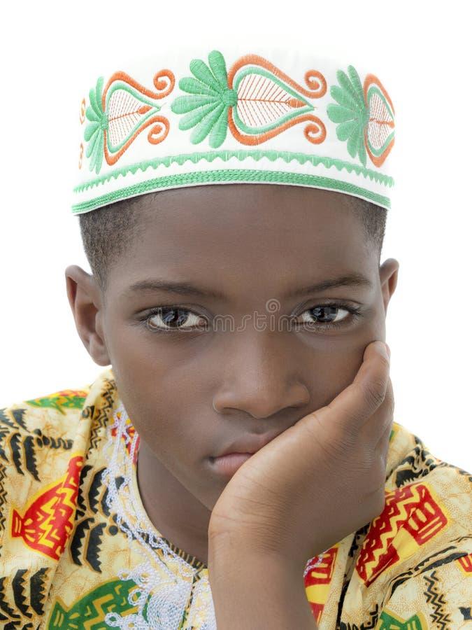 Porträt eines schwermütigen Jungen, zehn Jahre alt, lokalisiert lizenzfreie stockbilder