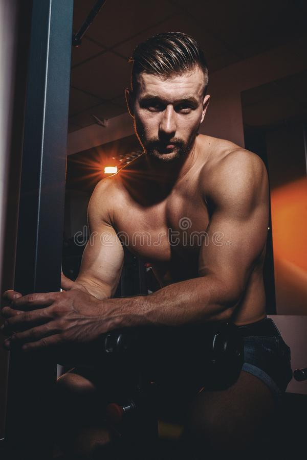 Porträt eines sehr muskulösen hemdlosen männlichen Modells Hübscher athletischer Mann mit den großen Muskeln, die an der Kamera i lizenzfreie stockfotos