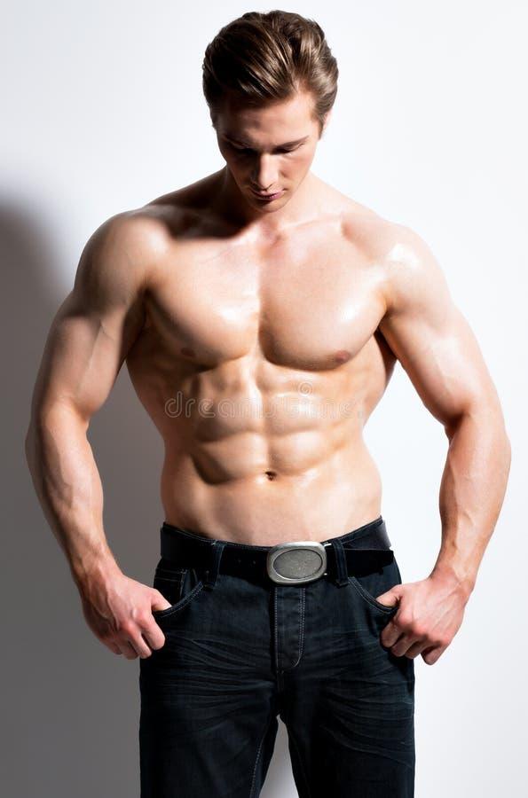 Porträt eines sexy muskulösen jungen Mannes lizenzfreie stockfotos
