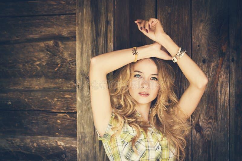 Porträt eines sinnlichen Mode-Hippie-Mädchens stockfotografie