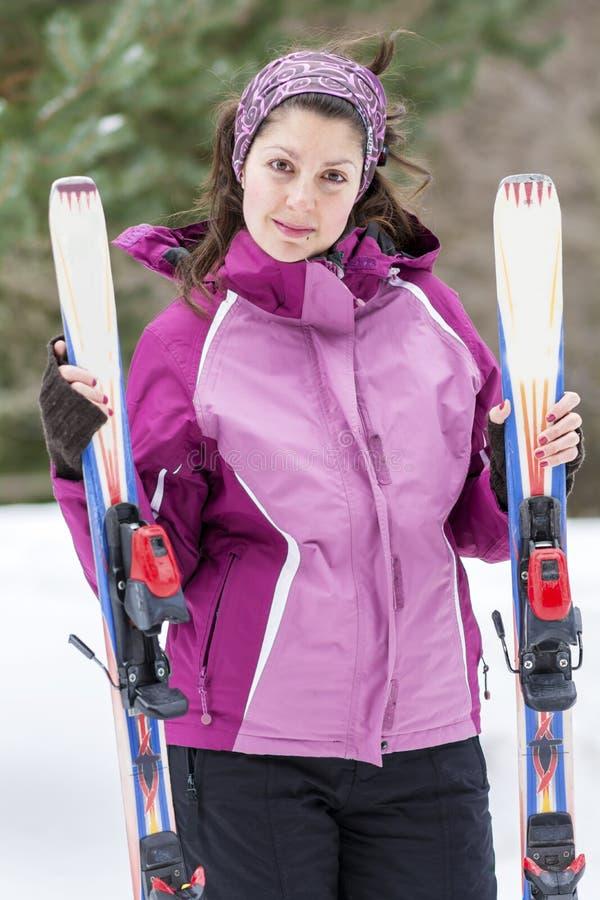 Porträt eines Skifahrers der jungen Frau auf der Skisteigung lizenzfreie stockfotografie