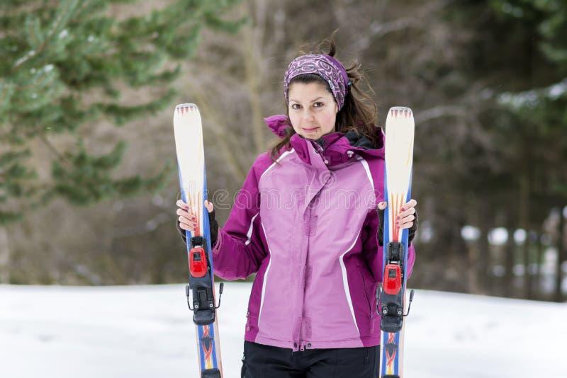 Porträt eines Skifahrers der jungen Frau auf der Skisteigung lizenzfreies stockfoto