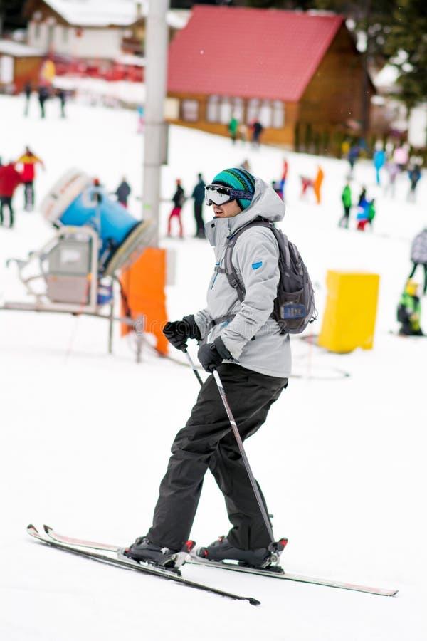 Porträt eines Skifahrers des jungen Mannes auf der Skisteigung Skiausstattung stockbilder